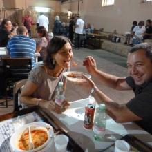 Valentina e Danilo gustano l'ottima pasta offerta dall'Associazione a tutti i partecipanti al Torneo.   Lo spirito gioioso di questa foto è un semplice modo per ringraziare tutti gli amici che hanno partecipato attivamente all'operato dell'Associazione.