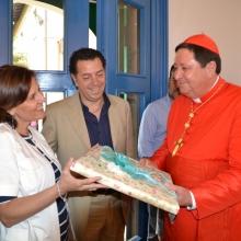 Il presidente e la moglie dona al Cardinale un ricordo di Luca