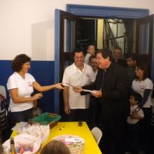 Il Cardinale dona la Tessera di Socio Fondatore a Sonia come prima sostenitrice dell'Associazione