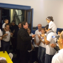 Il Cardinale distribuisce le Tessere di Socio Fondatore a tutti i soci presenti