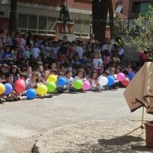 Bambini della scuola E. Toti sul piazzale in attesa della cerimonia