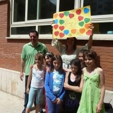 I bambini presentano a Sonia i lavori effettuati nell'ambito scolastico
