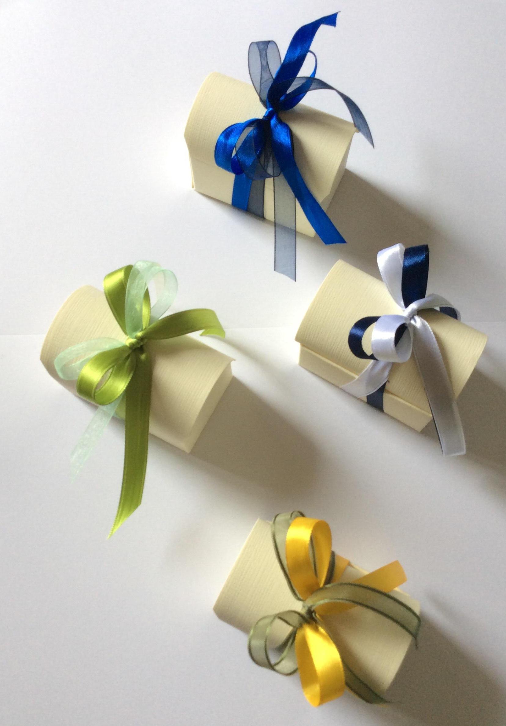 Bomboniera con scatola di cartone e fiocco blu/bianco/verde/giallo