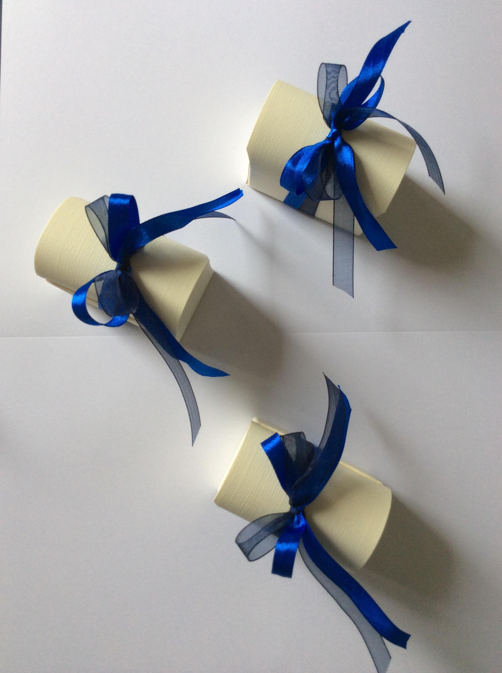 Bomboniera con scatola di cartone e fiocco blu