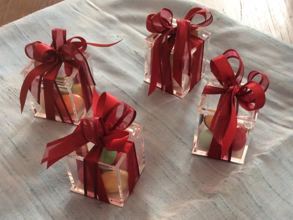Bomboniera con scatola trasparente in plexiglass e fiocco rosso