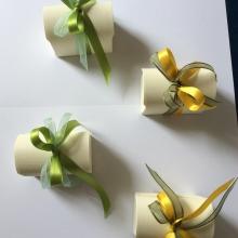 Bomboniera con scatola di cartone e fiocco verde