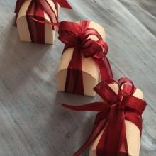 Bomboniera con scatola di cartone e fiocco rosso
