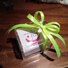 Bomboniera con scatola trasparente in plexiglass e fiocco verde