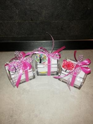 Bomboniere con scatola trasparente in plexiglass e fiocco rosa