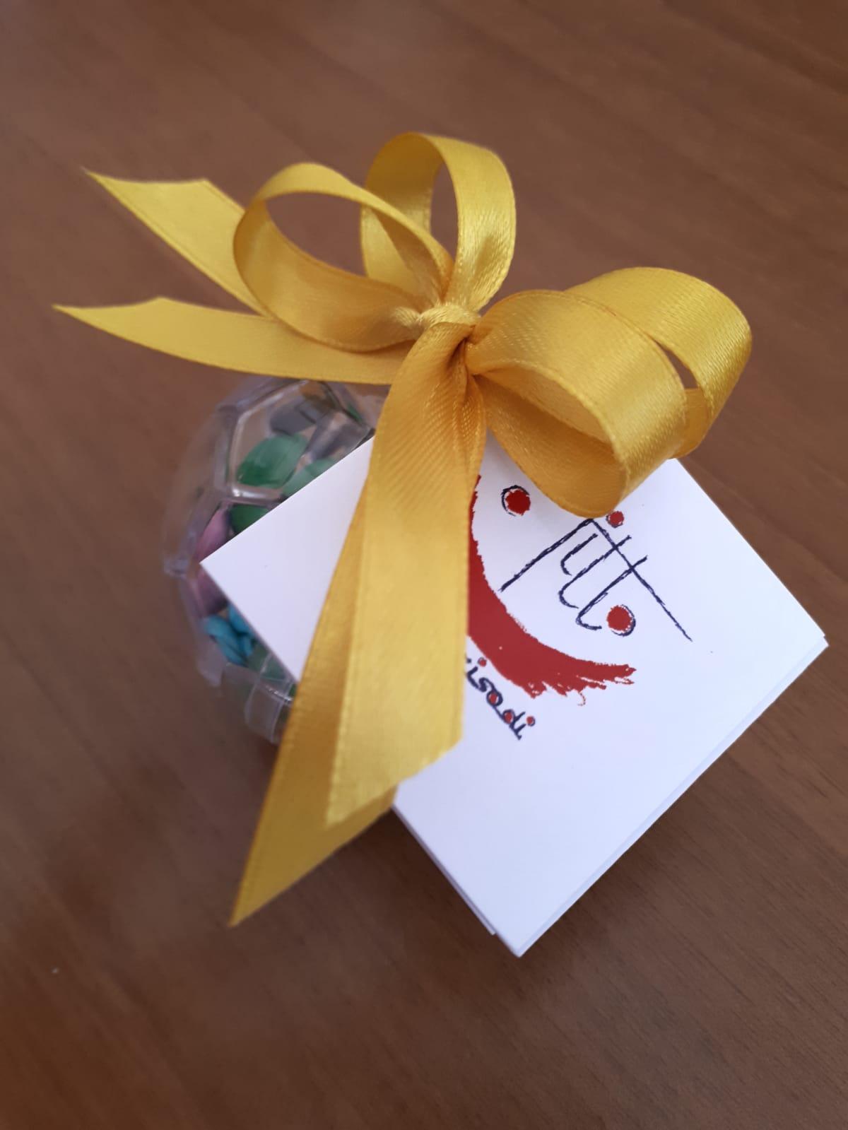 Bomboniera con scatola trasparente in plexiglass e fiocco giallo