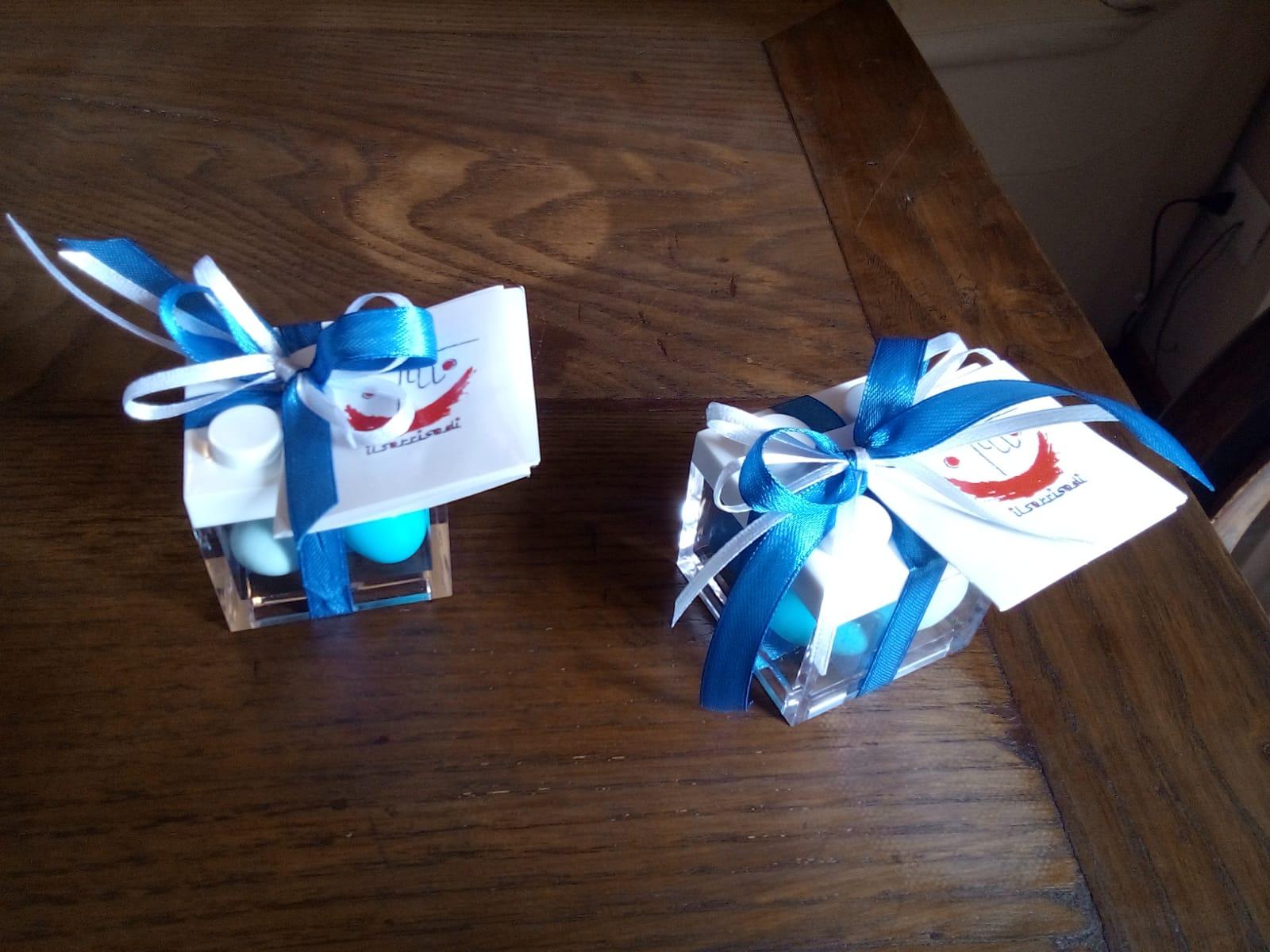 Bomboniera con scatola trasparente in plexiglass e fiocco azzurro